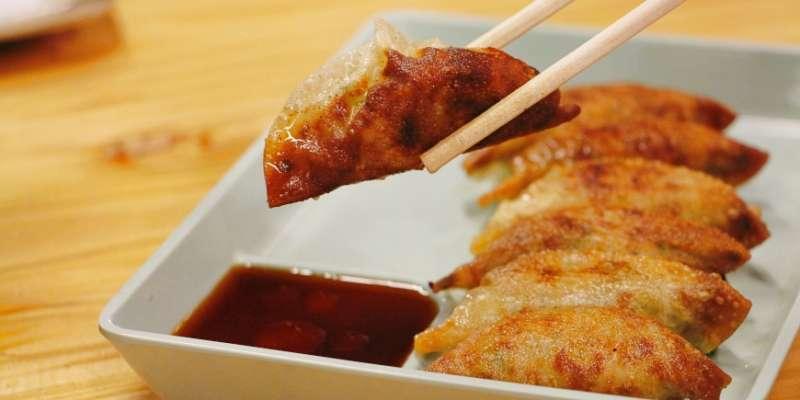 高知縣的高知市以「屋台」(類似台灣的路邊攤)文化特別有名,在黃湯下肚、愉快暢飲過後,去吃一道熱呼呼的鐵板「〆餃子」,可說是最令人滿足的收尾了。(圖/樂吃購!提供)