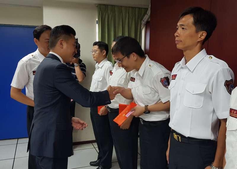 新竹市長林智堅親赴消防局頒贈獎勵金,慰勉並肯定消防弟兄辛勞。(圖/方詠騰攝)