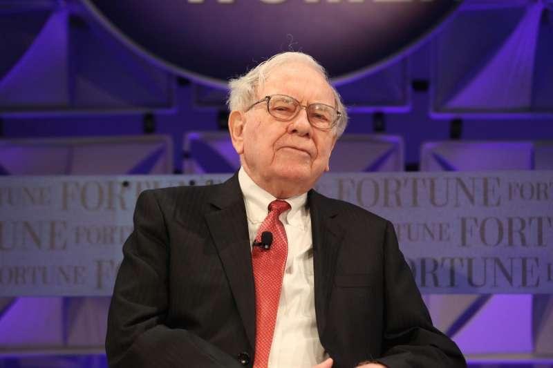 馬斯克批評股神巴菲特(Warren Buffett)的護城河(moat)理論「很遜」。(圖/取自shutterstock,數位時代提供)