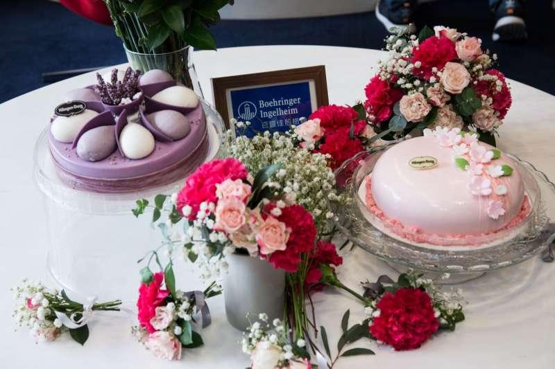 今年母親節百靈佳殷格翰與Haagen-Dazs 最新推出的櫻花、薰衣草冰淇淋蛋糕口味共同推出公司內部活動,員工有機會帶回家慰勞辛勞的母親。(圖/台灣百靈佳殷格翰)