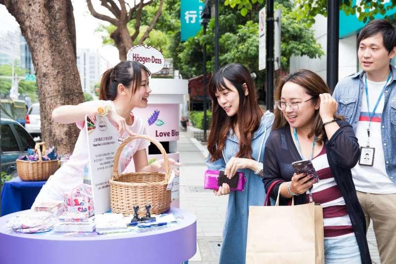 現場員工們紛紛開心品味櫻花和薰衣草口味的冰淇淋,小花束更讓女員工拿起手機打卡拍照,氣氛十分歡樂。(圖/台灣百靈佳殷格翰)
