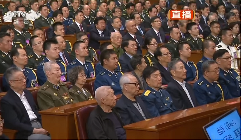 習近平在解放軍建軍九十周年大會致辭,提詞機(右下角)露餡。(視頻截圖)