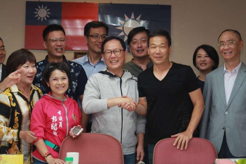 20180509_國民黨台北市長參選人丁守中,前往台北市議會國民黨團「拜碼頭」並合影。(方炳超攝)