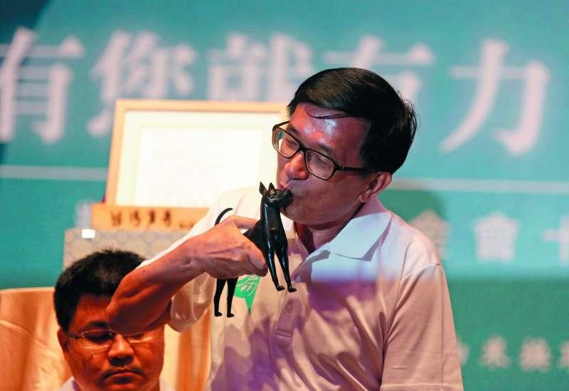 陳水扁親吻拍賣品愛犬勇哥雕像,成功拉抬拍出上百萬。(郭晉瑋攝)