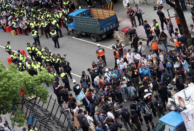 20180509_反年改團體在立院外的濟南路集結,下午十多位「四分衛」成員突然移到講台後方,面向布署的警方,一度引起虛驚。(蘇仲泓攝)軍人年改。軍改