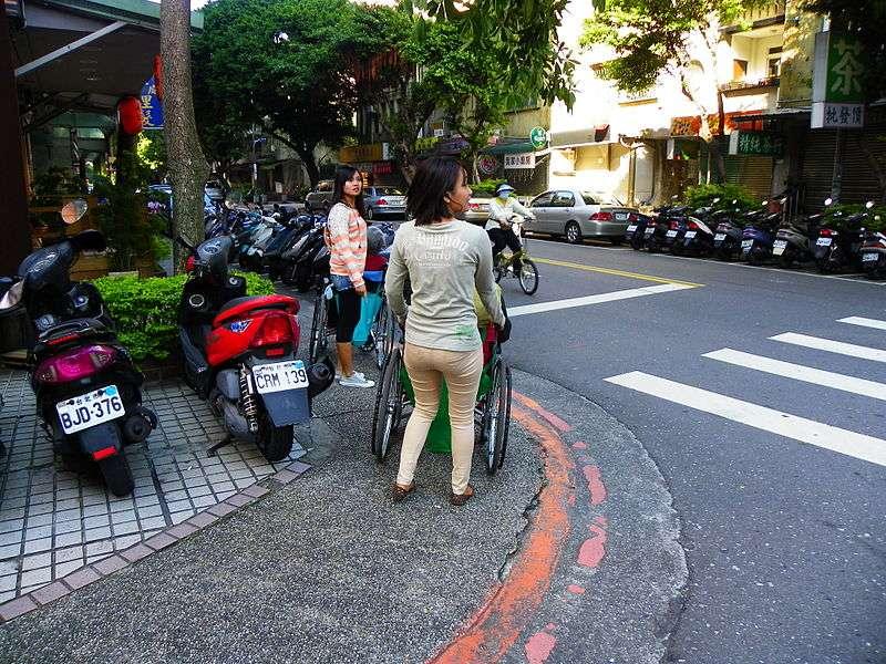 外籍看護照顧台灣長輩。