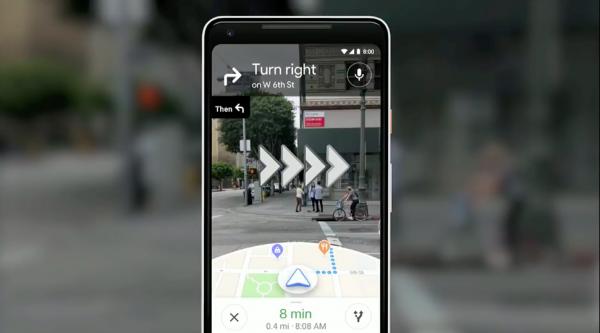 新版Google Maps融合AI、相機技術與街景,能在街道上顯示大型箭頭,告知用戶何時轉彎。(圖/取自Google I/O)