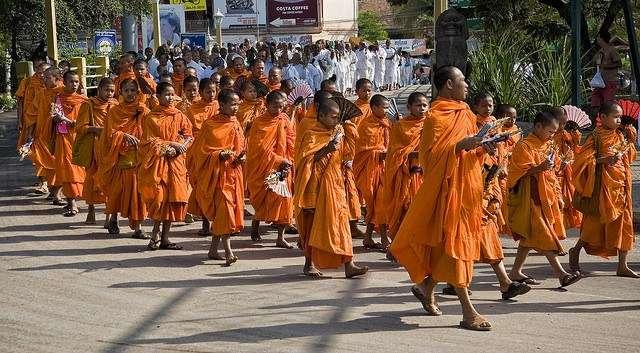 柬埔寨是宗教氛圍濃厚的國家,街頭上常常會有各式各樣的儀式或活動。(圖/女子學提供)