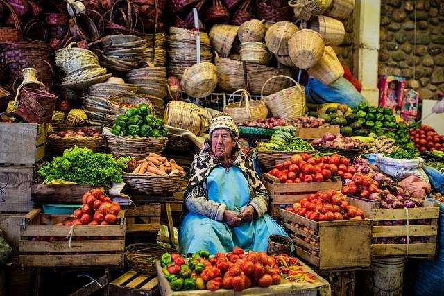 玻利維亞傳統市集裡有各式各樣便宜的食物,很適合旅人探險。(圖/女子學提供)