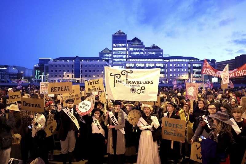 身為虔誠的天主教國家,愛爾蘭近年逐漸世俗化,圖為一場支持廢止墮胎禁令的集會。(AP)