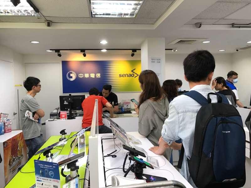 中華電信引發「499之亂」,讓各門市湧進搶辦人潮。(讀者提供)