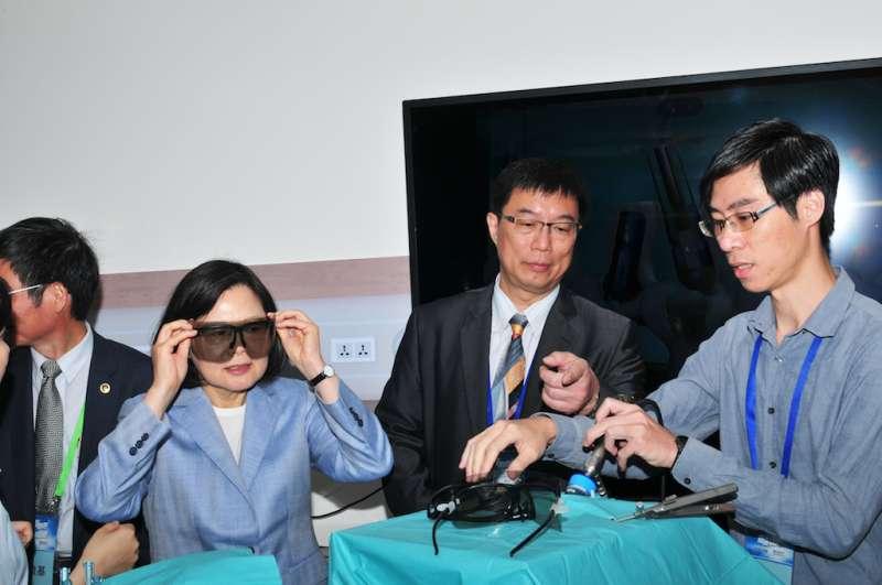 蔡英文總統參觀智慧醫材主題館,並戴上3D內視鏡親身體驗。(圖/總統府提供)