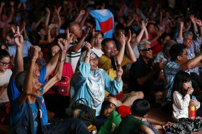 2018年5月9日馬來西亞國會大選,92歲前總理馬哈地領導的反對黨陣營「希望聯盟」(希盟)贏得下議院過半數席位,拿下執政權(AP)