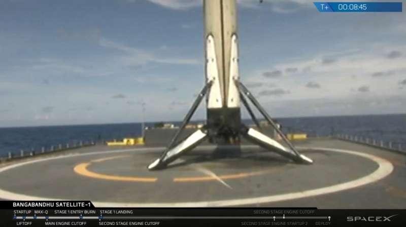 2018年5月11日,美國太空探索公司(SpaceX)「Block 5型」獵鷹9號(Falcon 9)火箭發射,第一節成功回收(AP)