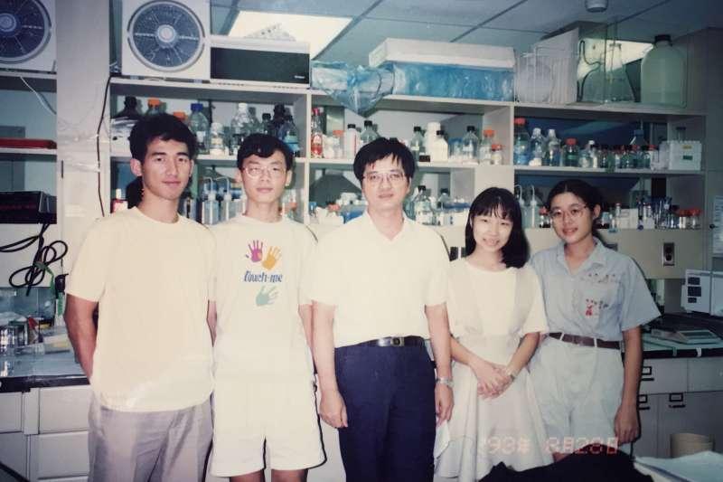 和嚴愛鑫(右二)當時一起參加實驗計畫的夥伴,至今仍是好朋友。中間是李德章老師。(圖/嚴愛鑫,研之有物提供)