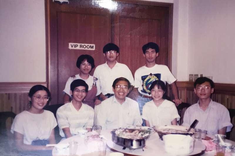 中間是親切的王正中院士,攝於中研院的活動中心餐廳。(圖/嚴愛鑫,研之有物提供)