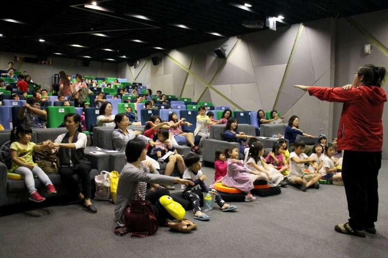現場貼心備有座椅增高墊以及地墊,打造出大人和小孩零距離的友善互動空間。(圖/高雄電影館提供)