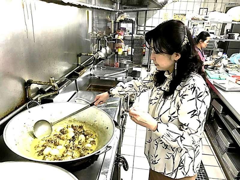 育達董事長夫人親自下廚,細心烹煮印尼家鄉菜,餵飽印尼學子的身心。(圖/育達科大提供)