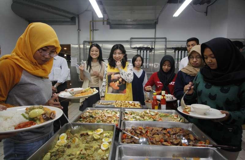印尼學生看到許久不見的家鄉菜,高興又滿足的盛盤。(圖/育達科大提供)