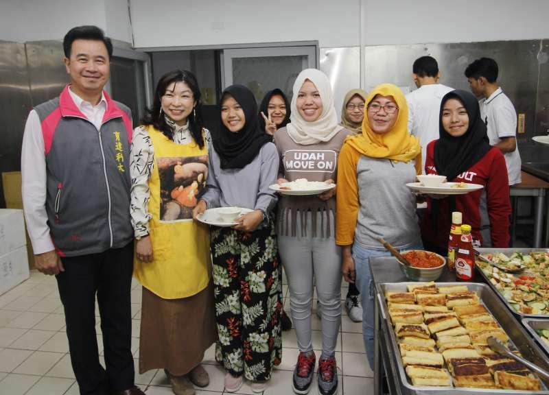 育達董事長王育文董偕夫人關懷印尼同學用餐需求,親自為這群遠渡重洋來到台灣求學的孩子們煮一頓好料。(圖/育達科大提供)