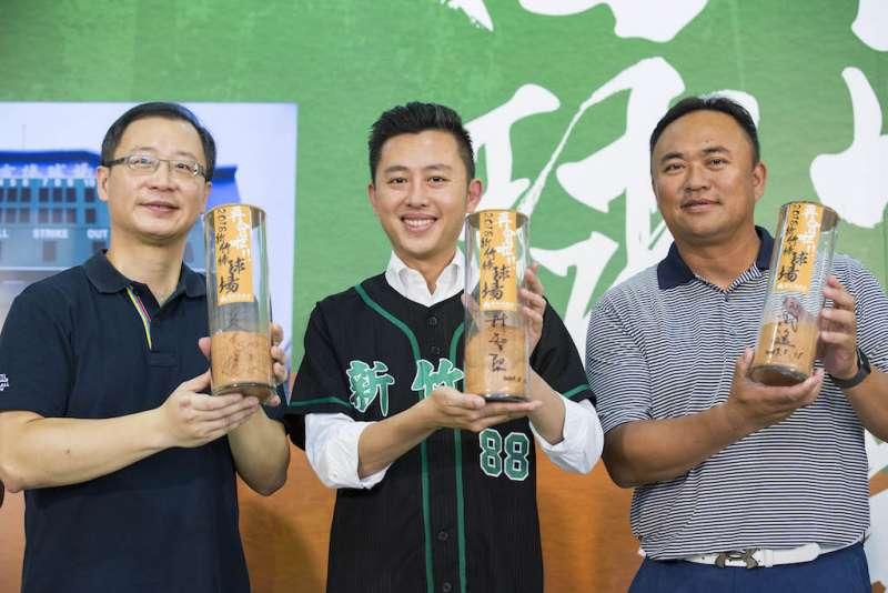 中職大聯盟會長吳志揚(左)將要求職棒第五隊,優先以新竹市為主場進駐。(圖/新竹市政府提供)