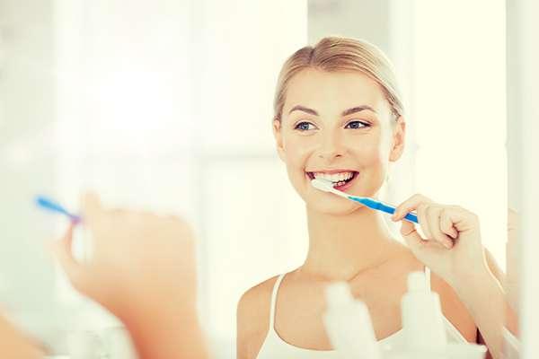 刷頭小的軟毛牙刷,除了在口腔內轉動較容易,對牙齦與牙齒的傷害也較小。(圖/健康傳媒提供)