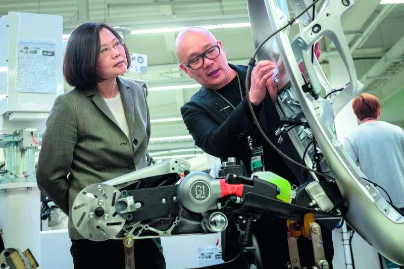 蔡英文總統(左)近期陸續參觀了智慧機械、生醫園區等,向國人展示兩年執政的成果。(總統府提供)