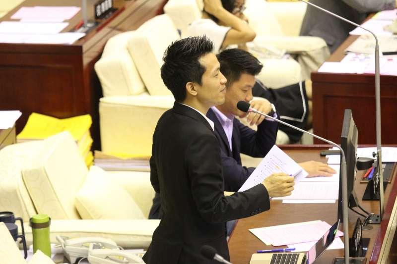 20180516-台北市議員何志偉質詢。(陳韡誌攝)