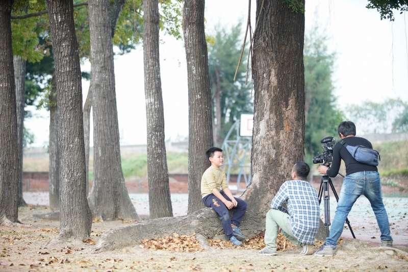 楊雅喆導演最新紀錄片《向愛致敬》便以台南新東國小扯鈴隊的熱血老師王士豪為故事背景,看見一群孩子在老師愛的翻轉教育下,有了發光發熱的童年。(圖片/Home Run Taiwan網站)
