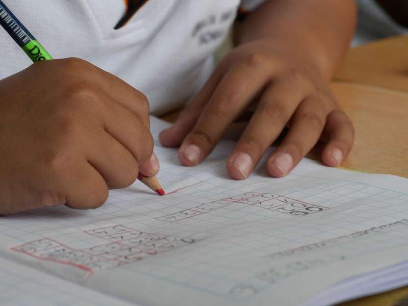 偏鄉學校學童常見自信心不足、學習動力低落現象,一個願意留在偏鄉的熱血老師,可能成為孩子人生的轉捩點。 (圖/Pexels)