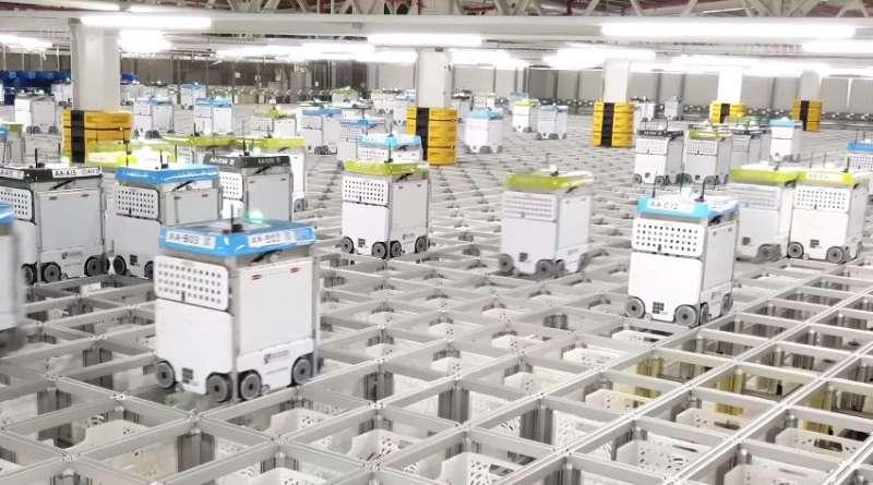 揀貨分件中的機器人。(圖/截自 YouTube,智慧機器人網提供)