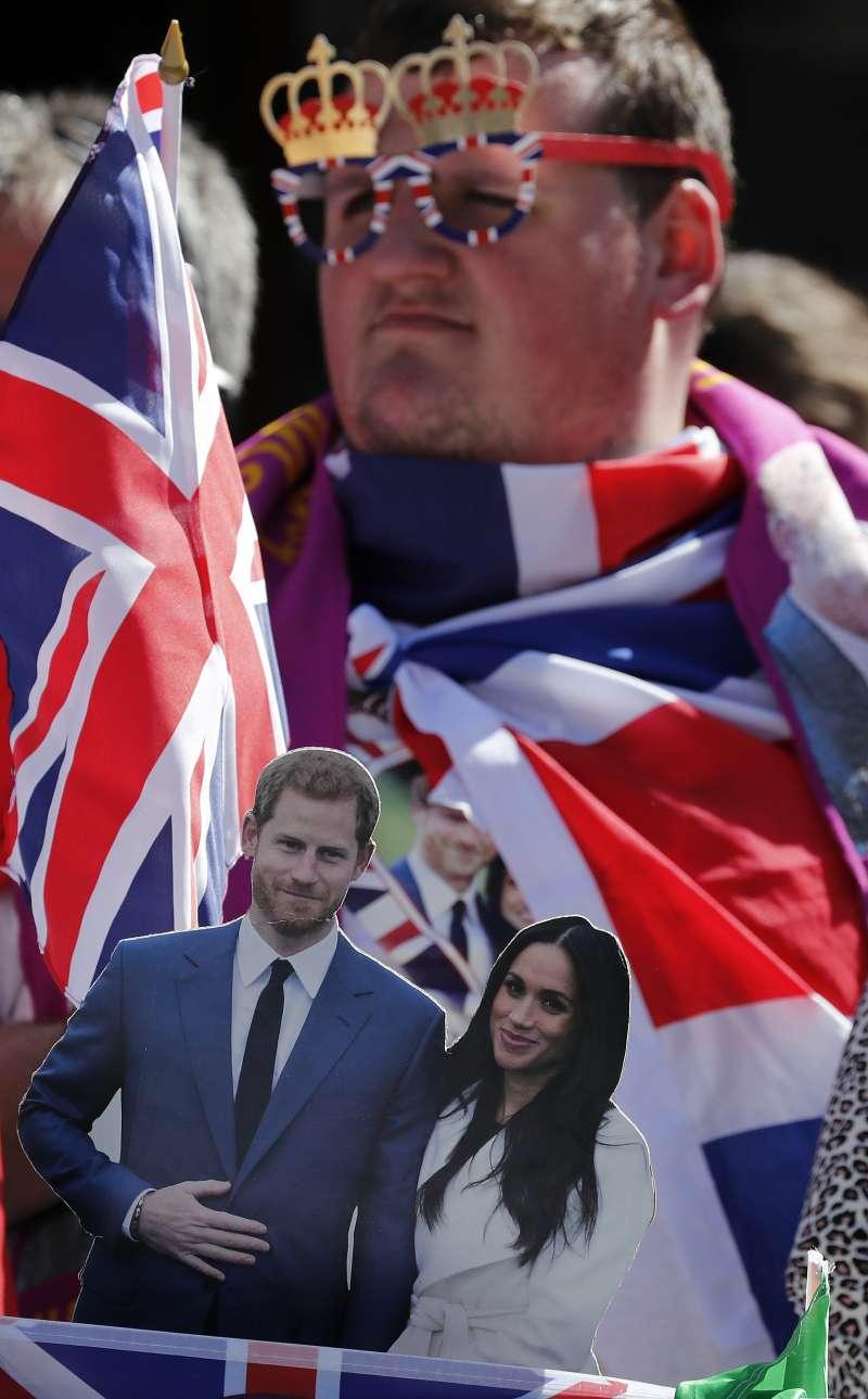 英國民眾引頸期盼哈利王子與梅根的婚禮。(美聯社)