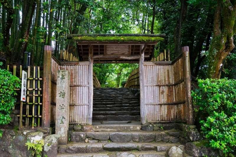 踏進門內,看到的是鋪滿白石、整理得優美雅緻的日本庭園及皋月杜鵑迎接著人們的到來。(圖/ZEKKEI Japan)
