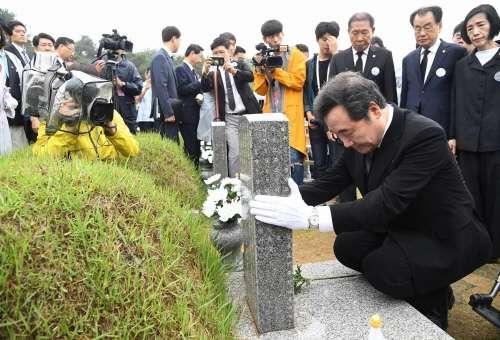 2018年5月18日,南韓國務總理李洛淵出席在光州國家518民主公墓舉行的518民主化運動38周年紀念儀式(南韓總理府)
