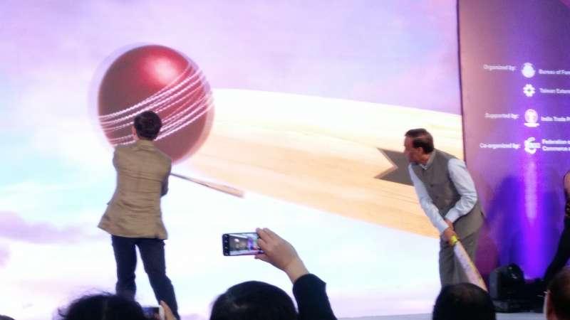 印度台灣形象展開幕式上黃志芳持棒球棒、印度貿易推廣組織總裁Mr. L. C Goyal持板球棒揮及,象徵台印文化相近之處,稍後也交換球棒。 (張家豪攝)