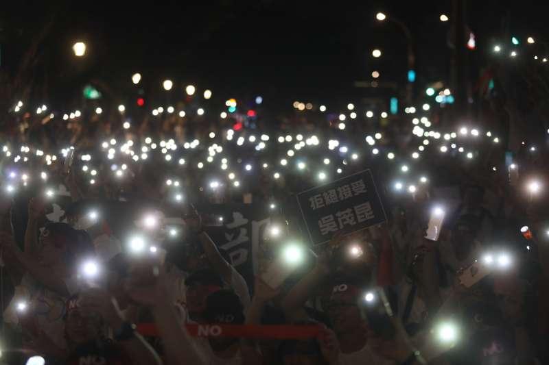 20180518-全教總呼籲吳茂昆下台,最後民眾手機開啟燈光搖擺。(甘岱民攝)
