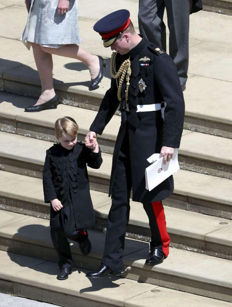 喬治小王子穿著黑色軍裝牽著爸爸的手。(美聯社)