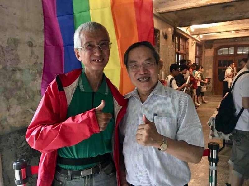 作家陳芳明19日在臉書貼出和祁家威的合照,感嘆總統蔡英文所承諾的婚姻平權,至今卻尚未實現。(取自陳芳明臉書)
