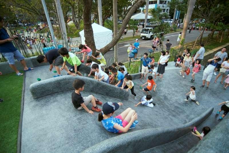 過去的隆恩圳將三民路一分為二,空間分割、往來受限,改造後的隆恩圳變成孩子自在跑跳蹦的遊樂場。(圖/新竹市政府提供)