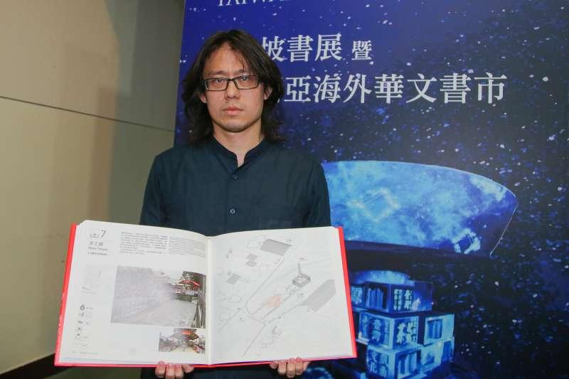 作家賴伯威,出席「2018新加坡書展暨第1 3屆馬來西亞海外華文書市」展前記者會。(陳明仁攝)