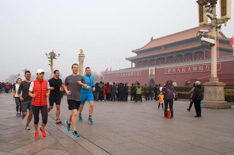 Facebook執行長馬克·祖克伯(Mark Zuckerberg)頻頻訪中,在天安門廣場慢跑、學中文,積極拉攏與中國的關係。(圖/數位時代提供)