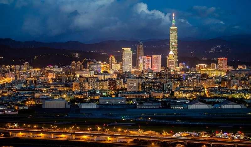 從高空酒吧的室外露台俯看台北市景觀。(圖/HotelsCombined提供)