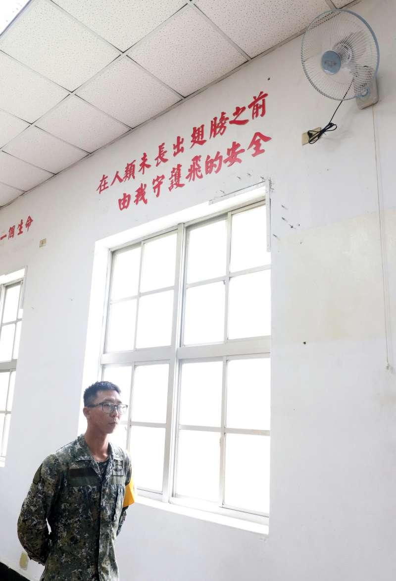 05_20180522_牆上貼標語「在人類未長出翅膀之前,由我守護飛的安全。」 (蘇仲泓攝)