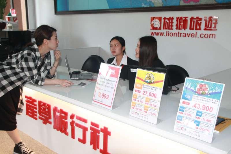 育達實習旅行社正替顧客諮詢。(圖/育達科大提供)