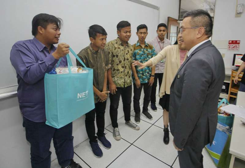 穆斯林學生開心收下校長幫他們精心準備的零食。(圖/育達科大提供)