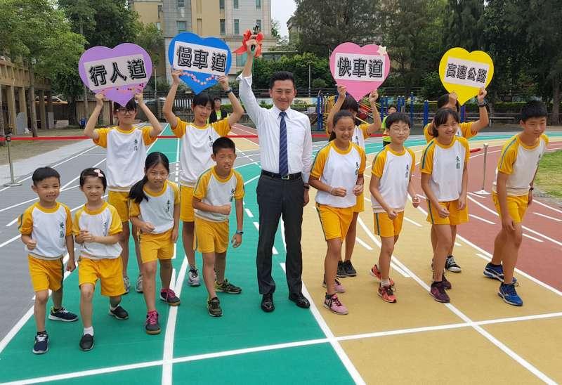 東園國小田徑隊、中年級、低年級、幼兒園在彩虹跑道分道進行趣味競賽。(圖/方詠騰攝)