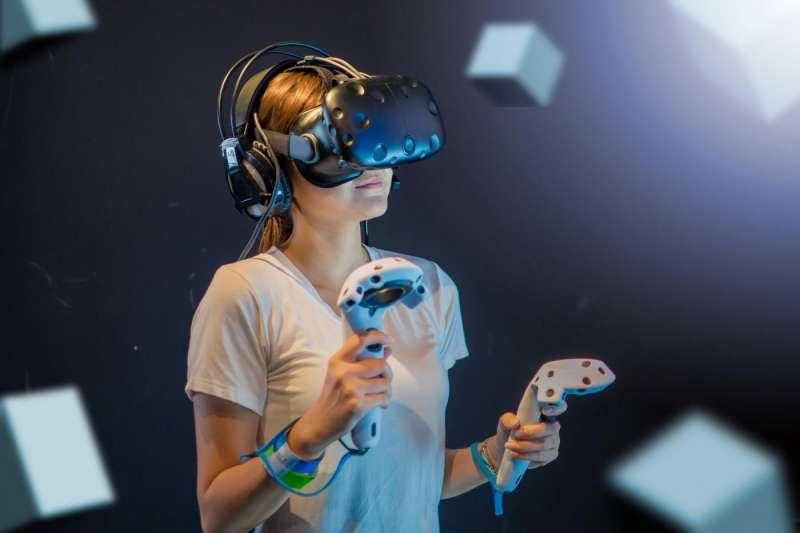 使用高階的VR頭盔,才能透過控制器輕易快轉影片。(圖/取自shutterstock,數位時代提供)