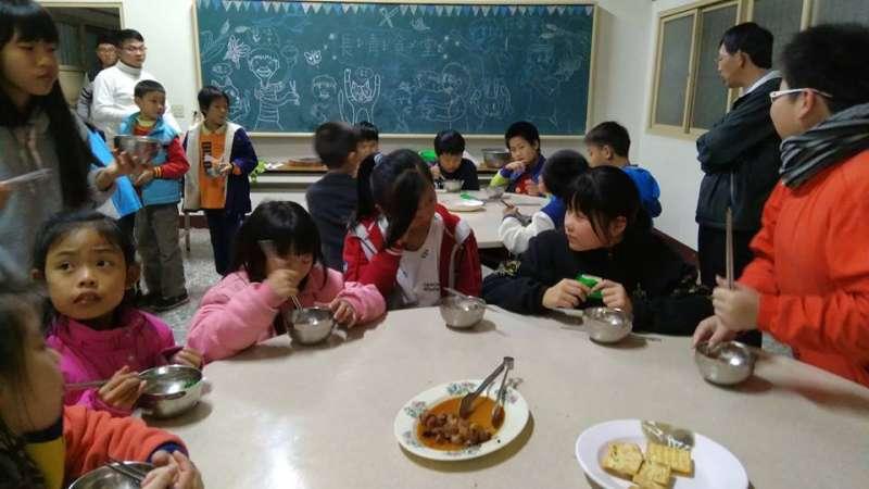 與學校接力愛學生的仕安築夢基地,為孩子搭建一個「家」,在沒有父母陪伴的課後,有人陪伴課後輔導,有人準備溫暖的餐點。 (圖片出處:中國信託慈善基金會官網)