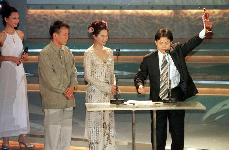 蔡振南在第八屆金曲獎中連拿兩項獎座,為自已在歌曲界開創新天地,86年5月3日。(圖/中央社記者郭日曉攝影,文化+提供)