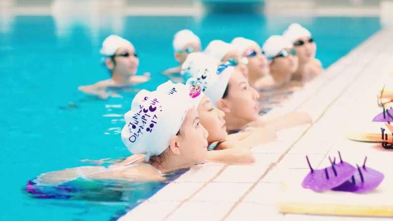 醫師建議超重肥胖的人,若想減肥,一開始不宜選擇跑步,但可以選擇游泳等有氧項目來減肥。(示意圖非本人/翻攝自youtube)